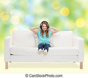 vrolijke , meisje, in, headphones, horende muziek
