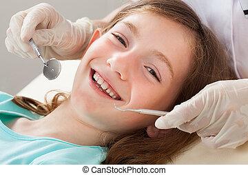 vrolijke , meisje, ondergaan, tandkundige behandeling