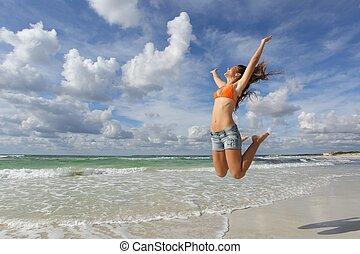 vrolijke , meisje, springt, zet op het strand vakanties