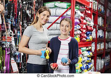 vrolijke , moeder en dochter, vasthouden, speelgoed, in, aanhalen, winkel