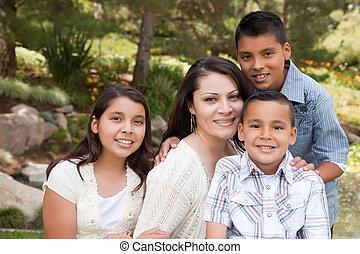 vrolijke , moeder en kinderen, in het park