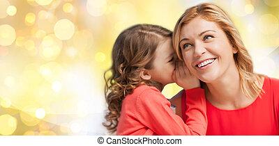 vrolijke , moeder, en, meisje, het smoezen in het oor