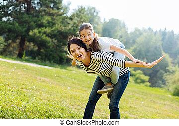 vrolijke , moeder, geven, een, ritje op de rug rit, om te, haar, dochter