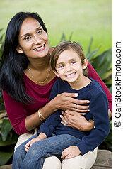 vrolijke , moeder, met, vijf, jaar oud, zoon, op, schoot