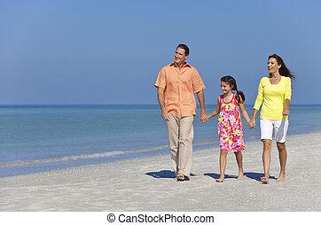vrolijke , moeder, vader en dochter, het lopen van de familie, op, strand