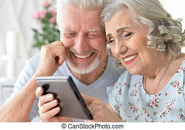 vrolijke , mooi, senior koppel, gebruik, tablet, thuis
