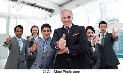 vrolijke , multi-etnisch, handel team, met, beduimelt omhoog