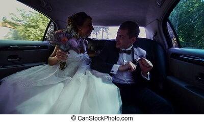 vrolijke , newlyweds, hebben, limousine, plezier