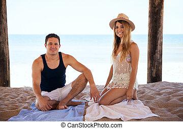 vrolijke , newlyweds, relaxen, aan het strand
