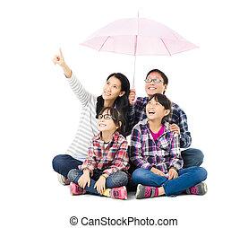 vrolijke , onder, paraplu, gezin, zittende