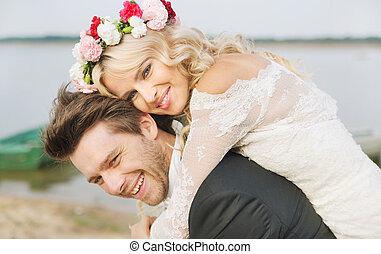 vrolijke , ontspannen, huwelijk, paar omhelzend
