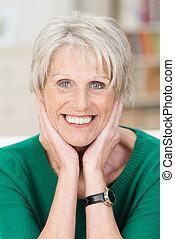 vrolijke , oude vrouw, het glimlachen, aantrekkelijk