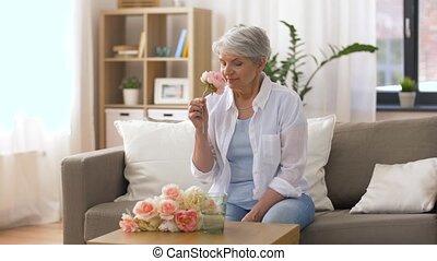 vrolijke , oude vrouw, het putten, bloemen, om te, vaas,...
