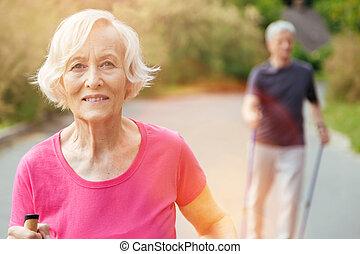 vrolijke , oude vrouw, kijken naar, u