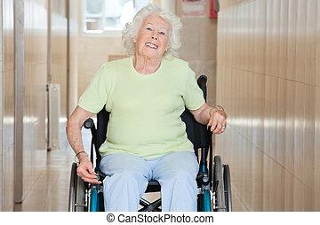 vrolijke , oude vrouw, zittende , in, een, wiel stoel