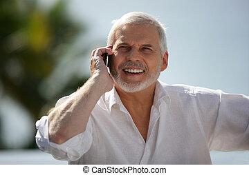 vrolijke , oudere man, met, een, cellphone