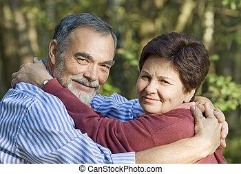 vrolijke , oudere paar