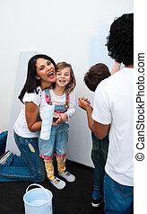 vrolijke , ouders, met, hun, kinderen, schilderij, een, kamer