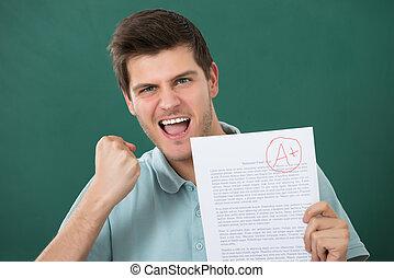 vrolijke , papier, examen, vasthouden, man