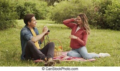 vrolijke , park., hebben, jonge, relaties, concept., paar, liefde, vriendschap, datum, hartelijk