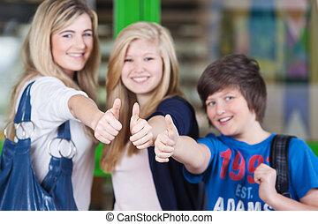 vrolijke , scholieren, het tonen, beduimelt omhoog, meldingsbord, samen, in, school