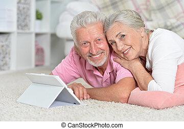 vrolijke , senior koppel, gebruik, tablet