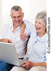 vrolijke , senior koppel, kijken naar, draagbare computer