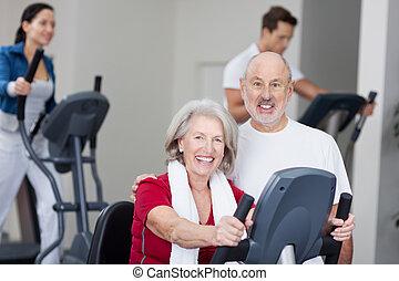 vrolijke , senior koppel, met, gebruik, tredmolen, in, achtergrond, op, gym
