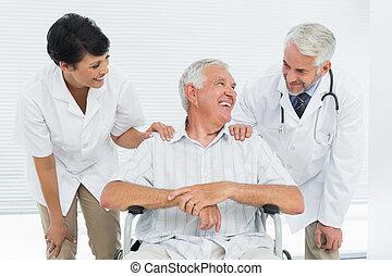 vrolijke , senior, patiënt, met, artsen, s