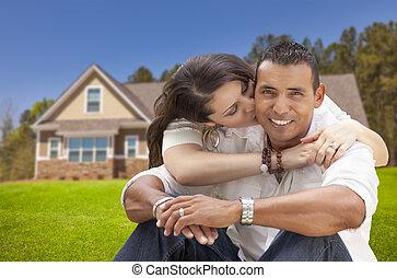 vrolijke , spaans, jong paar, voor, hun, nieuw huis