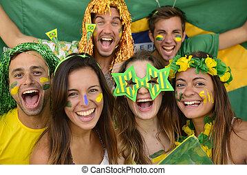 vrolijke , sportende, groep, vieren, ventilatoren, samen., braziliaans, voetbal, verbaasd, overwinning