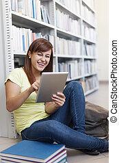 vrolijke , student, gebruik, digitaal tablet, in, bibliotheek