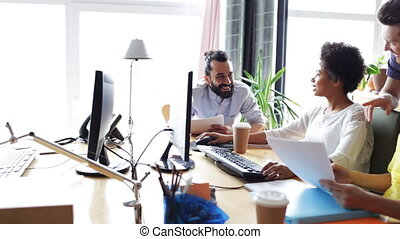vrolijke , team, computers, kantoor, creatief