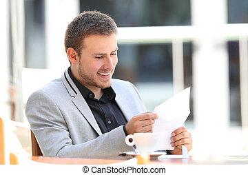 vrolijke , uitvoerend, lees een brief, in een staaf