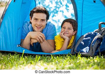 vrolijke , vader en zoon, kamperen