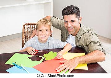vrolijke , vader en zoon, vervaardiging, papier, gedaantes, samen, aan tafel