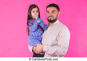 vrolijke , vader, met, zijn, baby dochter, op, rooskleurige achtergrond