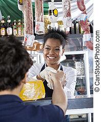 vrolijke , verkoopster, het verkopen, kaas, om te, klant, op, winkel