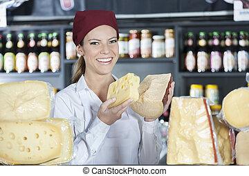 vrolijke , verkoopster, vasthouden, fris, kaas, in, winkel