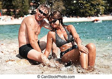 vrolijke , volwassen paar, het glimlachen