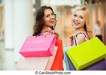 vrolijke , vrienden, shopping., twee, mooi, jonge vrouwen,...