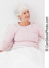 vrolijke, vrouw,  bed, zittende