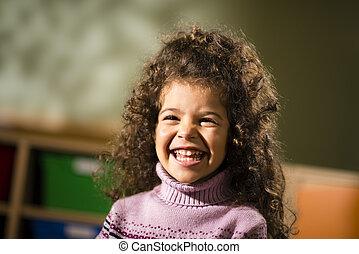 vrolijke , vrouwelijk kind, het glimlachen, voor, vreugde, in, kleuterschool