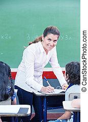 vrolijke , vrouwelijke leraar, controleren, scholieren,...