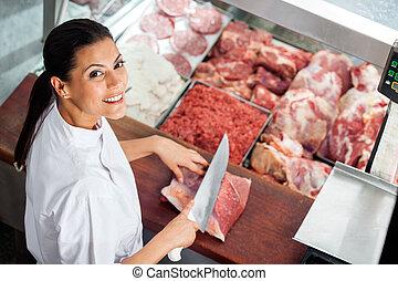 vrolijke , vrouwlijk, slager, slijpsel vlees, op, vleeshouwerij