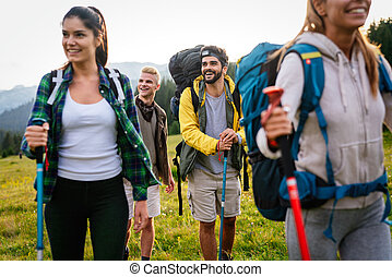vrolijke , wandelclub, samen, vrienden, rugzakken