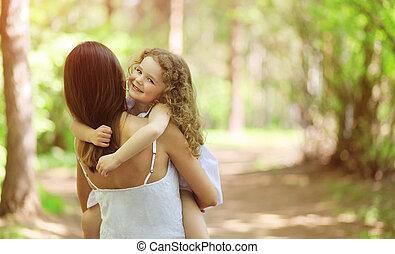 vrolijke , wandelende, kind, buitenshuis, moeder