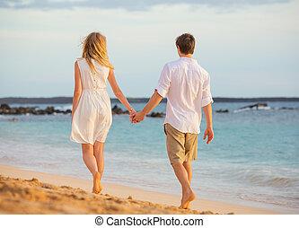 vrolijke , wandelende, vrouw, liefde, romantisch paar, vasthouden, het glimlachen, sunset., strand, hands., man