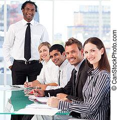 vrolijke , zakelijk, leider, met, zijn, team, in, een, vergadering