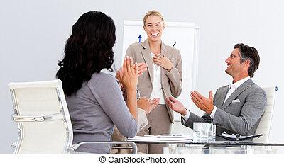 vrolijke , zakenlui, applauding, een, goed, presentatie